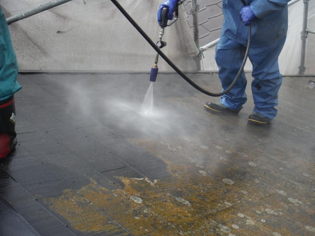 こちらは、屋根塗装工事の最初の工程で、【高圧水洗浄】です。この作業でこのあとの塗膜の品質の8割が決まります。大変大切な作業です。