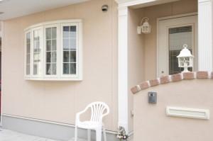 新興住宅地の家などで、流行色を確認して塗り替え工事後の家をイメージするのもいいですね。