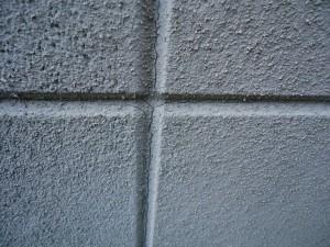 塗装工事をする目的は水の浸入を防ぐこと。 ひび割れの処理がきちんとされていないと建物に傷みが生じます。