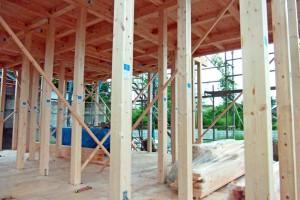 建物の木部は目に触れることがありませんが、傷んでいる場合もあります。 外壁塗装は建物への水の浸入を防ぐ役割もあります。